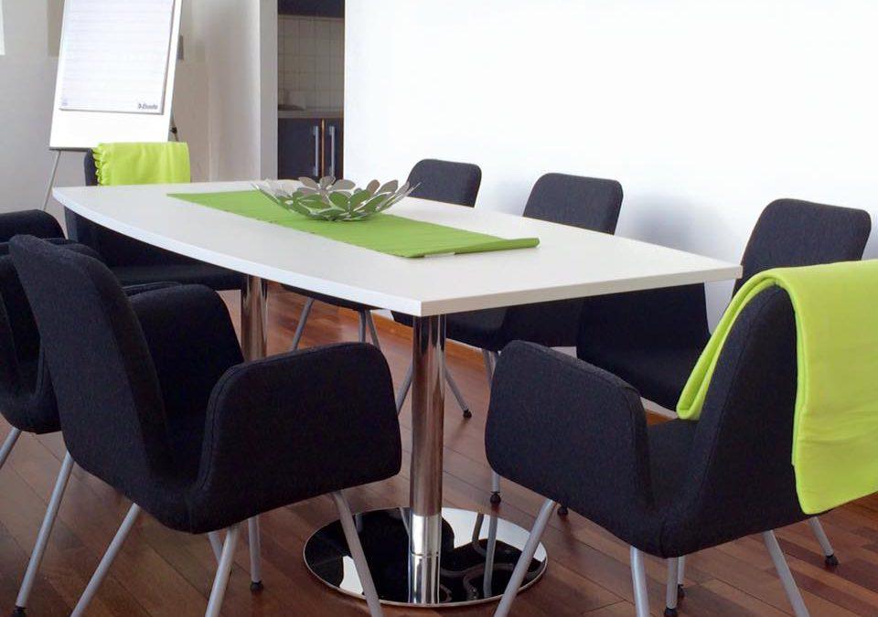 Porslinet på sin plats, konferensbordet likadant, …